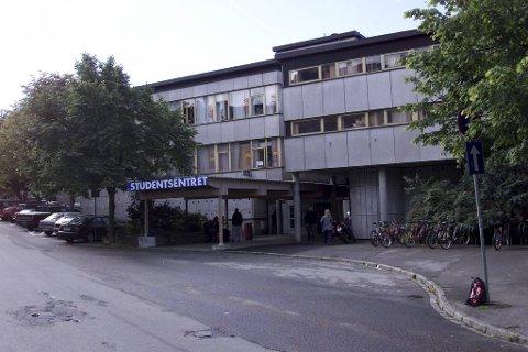 I år er det førti år siden det gamle studentsenteret på høyden var arena for eit nasjonalt kunstdrama. Det heile starta med at Universitet i Bergen ikkje ville ha oljemåleriet «Mordet på Andreas Baader» i gåve.