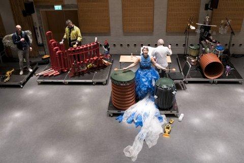 Sanger  Bodil Lunde Rørtveit (i midten) stiller i en kjole laget av plastposer. De andre musikerne er  (fra venstre)                                   Magnus Brandseth, Jørn Lavoll med tubulumet, dirigent Allan Withington og Terje Isungset.