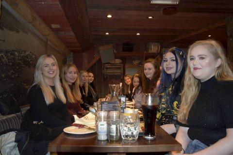 Facebookgruppen Hey girl! inviterte til treff. En gruppe for å bli kjent med andre, og få nettverk og venner. Fremme fra venstre: Elise Steensrud (21), Amalie Knutsvik (21), Jennie Hagen (20) og Silje Tengs (19). Fremme fra høyre: Lene Sandbekken (24), Sarina Nepstad (23), Anja Birgitte Søreide (24), Wiktoria Fagerhaug (20) og Anne Lene Amdal Høyland (19).