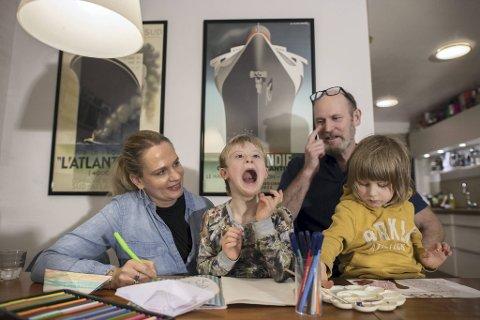 Max Hiort-Lorentzen, Line Natascha Larsen, Bertram og August Hiort-Lorentzen koser seg hjemme. Av og til får de besøk av foreldre til barn av Downs, eller gravide med foster som har Downs, som lurer på hvordan det er å oppdra et barn med ett kromosom ekstra.