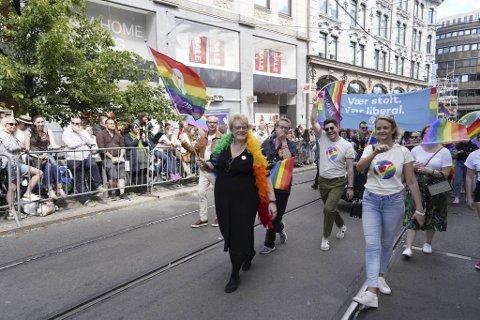 Kulturminister Trine Skei Grande (t.v.) under Oslo Pride Parade 2019. Ministeren unngår å svare på hva hun synes om at homofile ikke er ønsket som lærere ved en rekke kristne privatskoler.