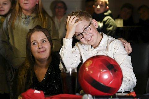 Tobias Solsvik (13) ble helt satt ut av overraskelsesfesten som mor Lisa Solsvik (29) hadde stelt i stand for ham. FOTO: Rune Johansen