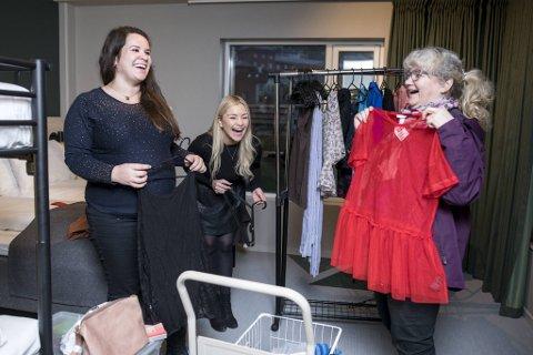 Jeanette Gramstad, Dorthea Berge og Gunn Reidun Olsen gjør klart til bruktmarked på søndag.