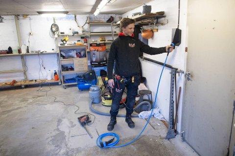 Elektriker Per Martin Hatlem brukte to timer på å montere en ladeboks hos en av kundene sine fredag ettermiddag.