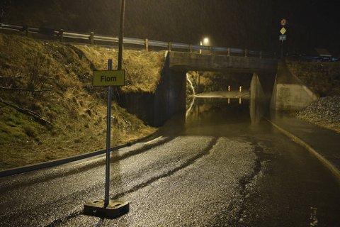 Kommunen har stengt av Gaupåsvegen, ved tunnelen under Arnavegen, på grunn av vann i veien.