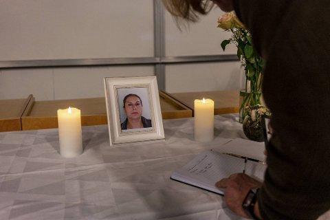 Venner skriver minnesord i kondolanseprotokollen ved Nygård skole.