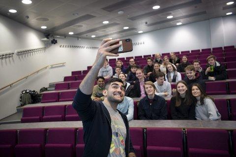 Shahez Shwana er studentambassadør for Norges Handelshøyskole og reiser rundt på hele Vestlandet for å lokke videregående skoleelever til økonomistudiet. FOTO: EMIL WEATHERHEAD BREISTEIN