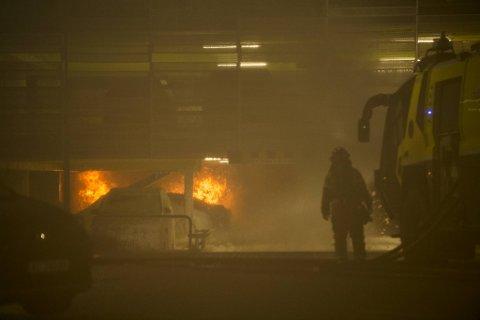 Stavanger lufthavn Sola var tirsdag kveld stengt på grunn av brann i et parkeringshus ved flyplassen.