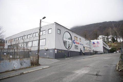 Dette bygget i Møllendalsbakken 6 må rives fordi det skal bygges et tunnelløp under eiendommen. Eier mener Bergen kommune ikke har rett til å beholde selve tomten etter at byggearbeidet er ferdig.