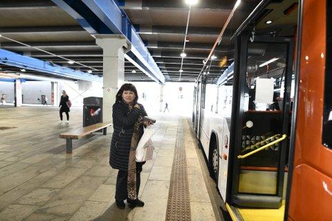 – Jeg støttet streiken, men det er godt det er over, sier Teresita Fuglseth, en av de første som kom seg hjem med bussen etter at streiken varv over og bussene igjen var i ferd med å gå.
