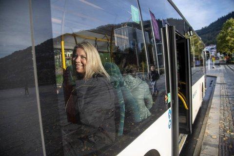 Henriette Engevik var en av passasjerene som forberedte seg på streik i forrige uke. Nå er bussene i Bergen i trafikk igjen.
