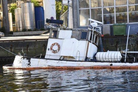 En skøyte har sunket i Puddefjorden og blir hevet til land allerede i dag, grunnet lekkasjer. BA-tipser mener kommunen kunne reagert før vraket sank.