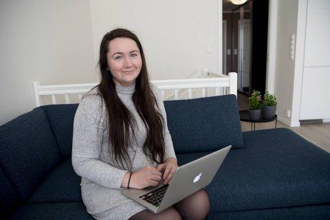 Anette Knarvik fra Lindås prøver å spare 10.000 kroner av lønningen hver måned. Hun følger nøye med i nettbanken der hun styrer sin private økonomi.