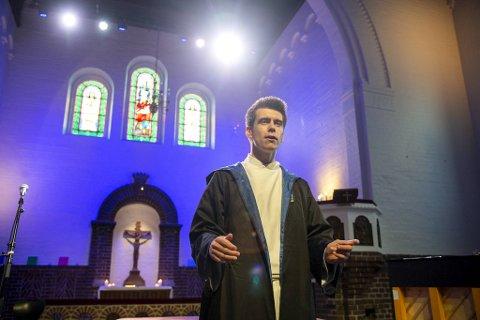 Prest Øyvin Rudolf Sønnesyn Berg skal forvandle kirken til Galtvort høyere skole for hekseri og trolldom.