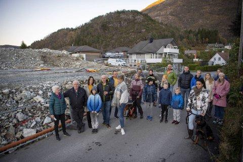 Over 20 naboer møtte opp for å markere motstand mot utbyggingen i Moldalia i Arna. De mener det går utover trafikksikkerheten.