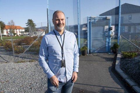 Fengselsleder Ørjan Fond i Bjørgvin fengsel forteller at de innsatte tar beskjeden om karantene med fatning.