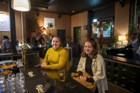Studentene Maren Neset og Malene Nesse mener utestedene i Bergen er flinke med tanke på smittevern.