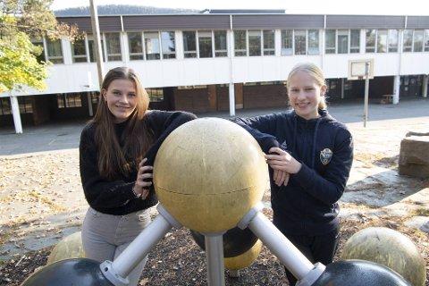 Fie Kalleklev (15) og Ingrid Hammersland (15) ved Ortun skole mener det ikke er behov for karakter i orden og oppførsel i ungdomsskolen.