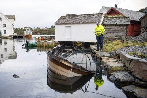 Birger Torsvik fikk båten sin totalskadet, da det begynte å brenne i den etter en fisketur fredag kveld. Heldigvis satte han på land sin kone og en venninne rett før han oppdaget flammene fra motoren.
