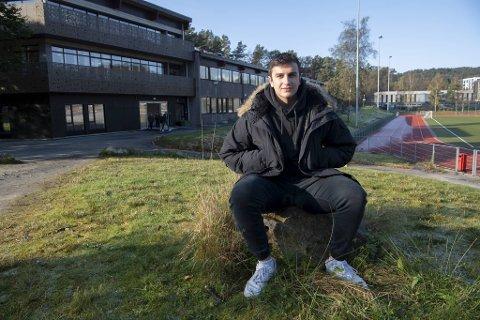 Lyon Abed Alhakim (18) trodde han skulle ut i lære som helsefagarbeider denne høsten, men har solgt mobilabonnement i stedet.