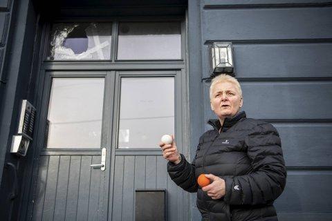 Jorunn Marie Lervik bor i bygget som ble truffet av lacrosse-ballen. Hun har funnet mange slike baller rundt i nabolaget.