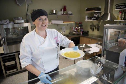 Spisestuevert Veronika Strand serverer kyllingsuppe på Marie Joys hus. I fremtiden blir det flere slike steder på Haukeland Universitetssykehus.