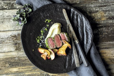 Viltretter hører høsten til. Her er det hjortefilet med sopp og annet godt tilbehør, som sammen med noe passende i glasset blir et festmåltid.