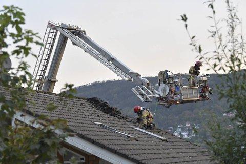 Brannvesenet tok seg inn i huset gjennom taket.