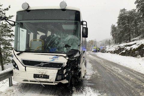 En buss og en personbil kolliderte i Sogn tirsdag formiddag.