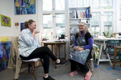 To av kunstnerne på bygget, Bethina Johnsen og Dora Sofie Kittilsen, er glade for å kunne tilbringe pausene sammen.