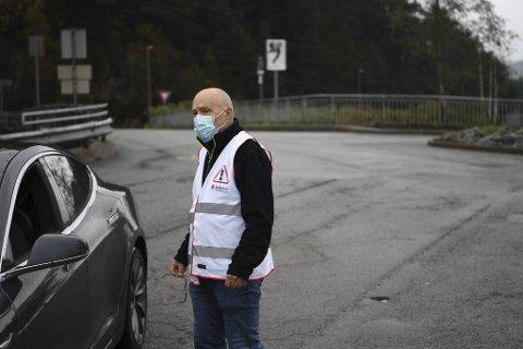 Arfinn Kjellsrud er trafikkvakt ved Spelhaugen, og aner ikke hva som skjer.