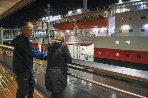 Bente og Bjørn E. Lundmark ville gjerne vinke farvel til en helt spesiell båt for dem.