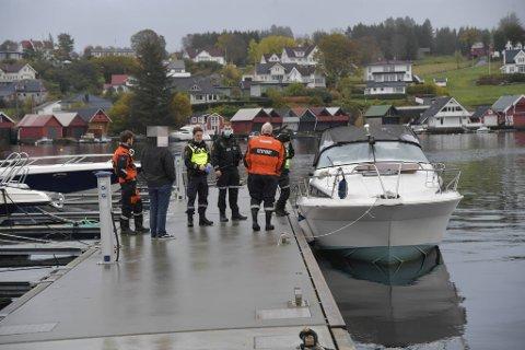 Båten ble tatt av skjæret og slept inn til Hjellestad kai.