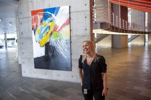 Lisbeth Mundheim Hofstad, salgs- og markedssjef i Greighallen, gleder seg til å åpne Dolk-utstillingen førstkommende søndag.