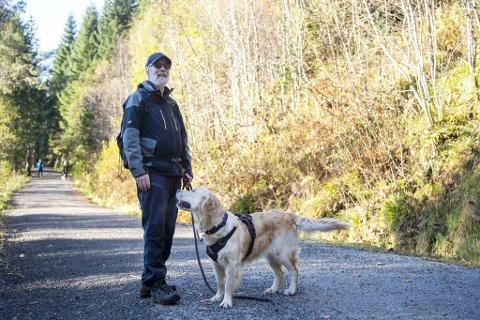 Stein Erik Jonasson har diskutert båndtvang-regler med Bymiljøetaten i kommunen i vel to år. Nå har han tatt det et skritt videre. Her er han på tur med Maiken i Sædalen.