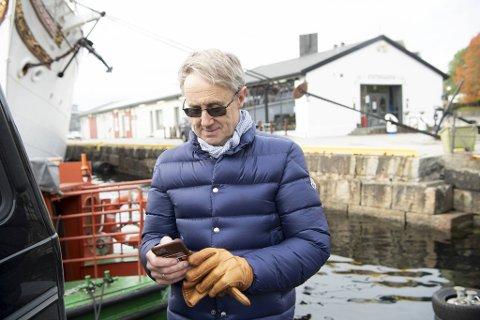 – Jeg kommer ikke på 5G med denne telefonen, men jeg har en 5G-telefon på Fornebu, sier dekningsdirektør Bjørn Amundsen i Telenor Norge. Basestasjonen bak ham, på taket av Skur 7, vil etter planen bli oppgradert til 5G før nyttår, som en av de første i Bergen.
