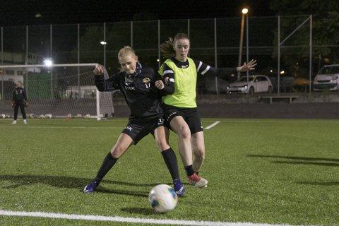 Nymark-damenes Ingrid VIk Larsen (t.v.) og Sofie Småmo kunne endelig trene normalt igjen 12. oktober. Det får de trolig fortsette med.