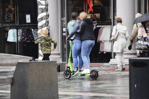 Bergen kommune ønsker bedre kontroll og regulering av el-løperhjulutleie. Nå inviterer man alle utleieselskapene i Norge til å delta i et testprosjekt. Bildet er tatt tidligere i sommer på Torgallmenningen.