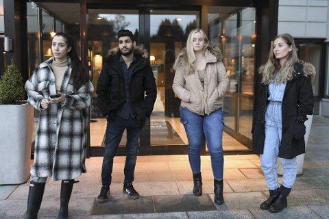 Irma Eminovic (25), Kamal Mohammes Panahi (22), Charlotte Hammerstrøm (20) og Marikken Nagelstad (25) var alle tilstede da kloakk fløt inn i to leiligheter natt til søndag. Nå er de tre førstnevnte husløse, sistnevnte var på besøk.