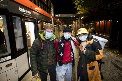 Denne trioen hadde allerede munnbindene på før de entret Bybanen i Kaigaten tirsdag kveld. (Fra v.) Endre Stedje (19), Sander Fengsrud (20) og Anton Nguyen (21) fra Voss Folkehøgskule.