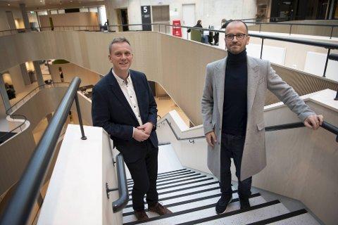 Det var på Høgskulen på Vestlandet det hele startet. Fakultetsleder Jens Kristian Fosse (t.v) glemmer ikke øyeblikket da Jan Børge Sagmo og medstudentene presenterte bacheloroppgaven sin.  Den la grunnlaget for millionbedriften Bergen Carbon Solutions.