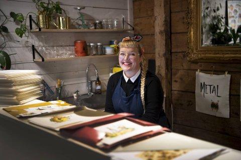 Gunvor Rasmussen er illustratør og holder til på Bryggen. Nå har hun fått avtale med designerbutikken Illums.