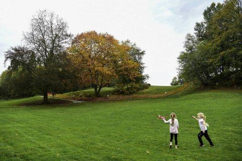 Disse jentene nøt finværet i parken på Gamlehaugen lørdag formiddag. (Fra v.) Isabella Rivedal (7) og Thea Ljosnes (7) fra Vadmyra. 19,3 varmegrader lar seg høre i oktober.
