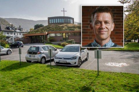 Bergen frikirke i St. Olavs vei leier ut parkeringsplassene sine til seks kroner timen. Det er trolig byens billigste parkeringsplass.