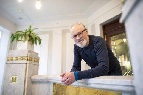 I 1993 var Gerald Pettersen (68) med i sitt første stykke på DNS. Siden den gang har det vært en rekke forestillinger.