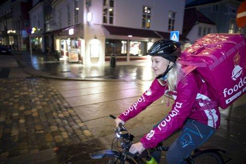 Foodora, her representert ved sykkelbud Mathilde Solvang, leverer mat fra 220 restauranter i Bergen. Prøv å gjette hvilken mat og drikke som er mest populær!