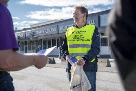 På få timer utenfor helikopterterminalen gikk Terje Herland i Lederne nesten tom for munnbind og flygeblader. Han opplevde for det meste å få tommel opp fra dem han møtte personlig, forteller han.