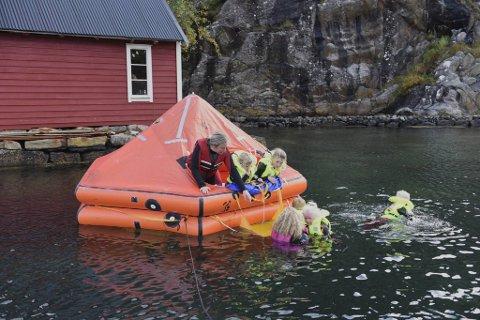 En bortkommen livbåt har fått en ny funksjon, som lekegrind i Langøy friluftsbarnehage.