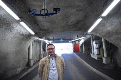Avtalen med Haraldsplass Diakonale Sykehus er en av de ferskeste Hi Tech Mobility har inngått i Bergen. – Oppstart vil skje 1. desember. Da er bommene borte og kundene slipper å tenke på billetter. Alt annet blir som før, sier Frode Herland der han står i tunnelen inn til sykehusets p-anlegg. Kameraene i taket vil identifisere registreringskiltene foran og bak på bilene på vei inn og ut.
