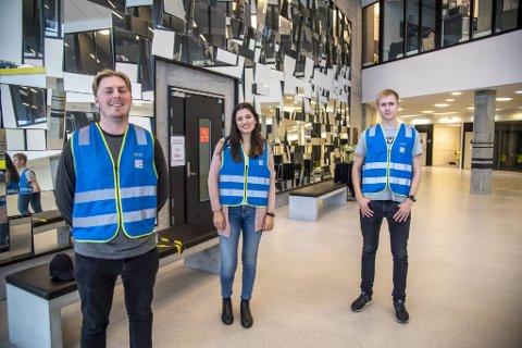 Sondre Hellevik (23), Lise Rekdal (26) Christian M. Carlsen (20) er tre av i alt 16 smittevernvakter på NHH.